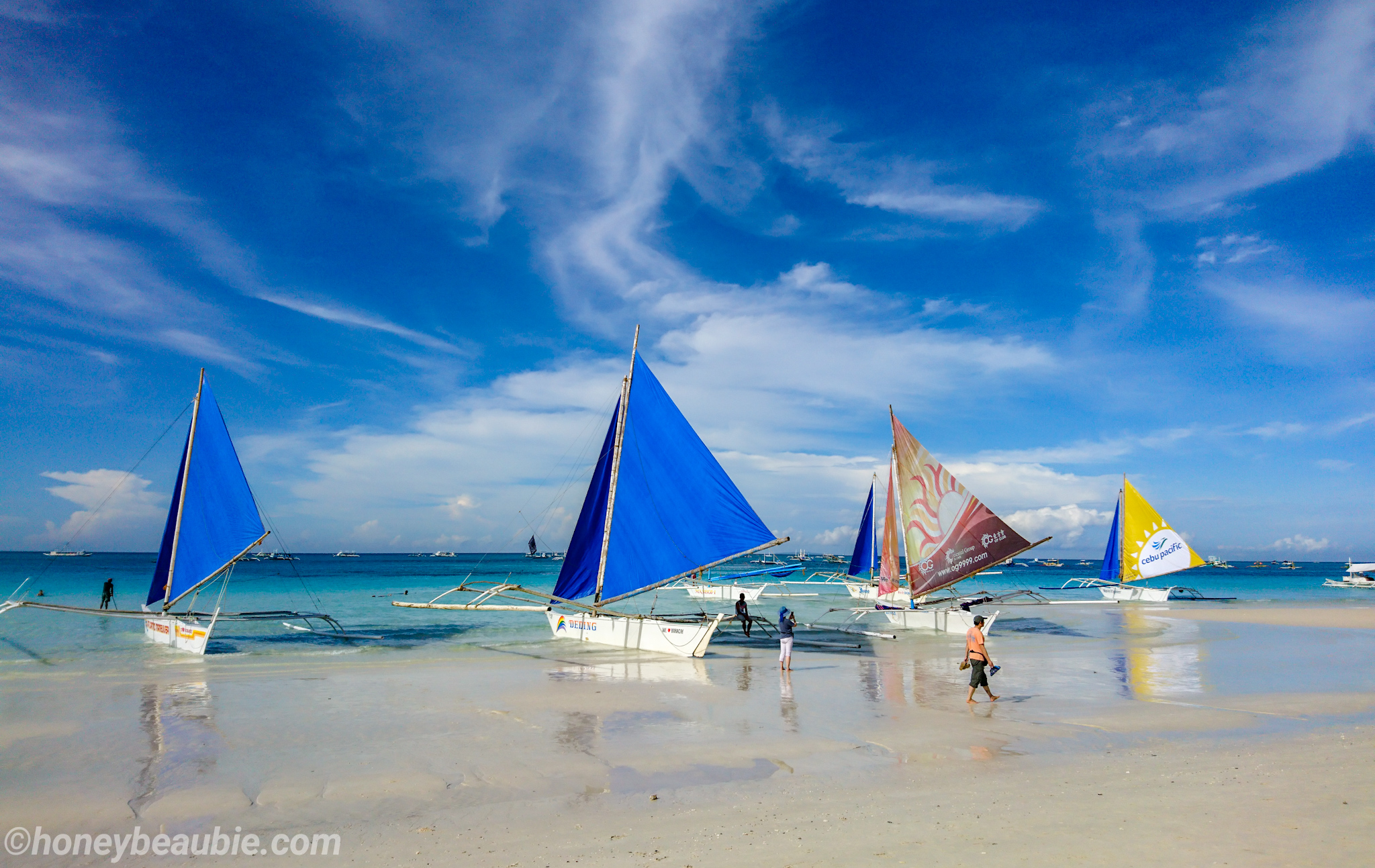 sailboats-on-the-shore-of-boracay-island-philippines